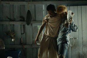 """Wanlop Rungkamjad e Aphisit Hama in """"Manta Ray"""" di Phuttiphong Aroonpheng."""