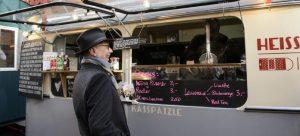 Dieter Kosslick fa una pausa in uno dei tanti street food della Berlinale