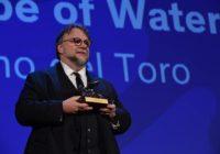"""Guillermo del Toro riceve il leone d'oro per """"The Shape of Water""""."""
