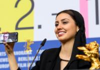 L'attrice Baran Rasoulof mostra il padre, il regista Mohamad Rasoulof, in collegamento sul cellulare